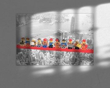 Lunch atop a skyscraper Lego edition - Hong Kong von Marco van den Arend