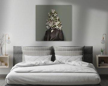 Selbstbildnis mit Blumen und Raupe (grün-grauer Hintergrund) von toon joosen