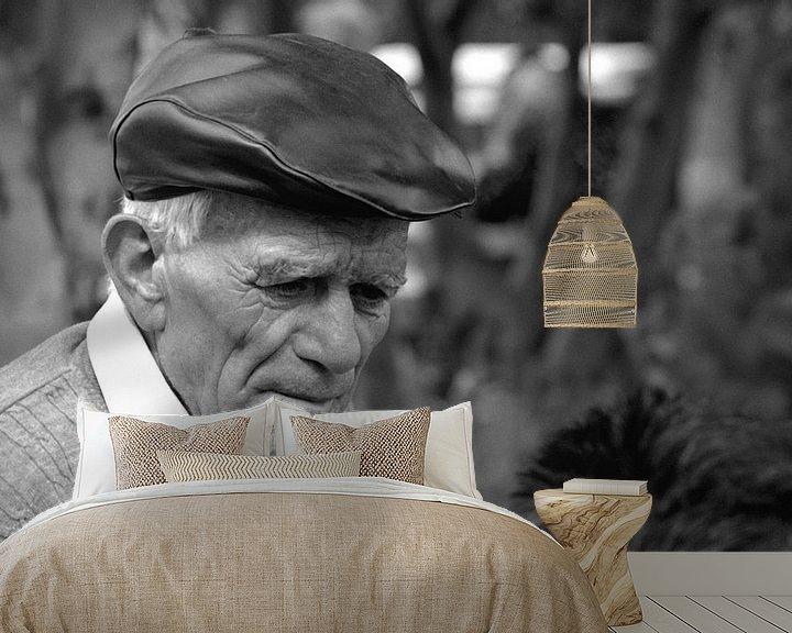 Sfeerimpressie behang: Oude Spaanse man van Rob van Dam