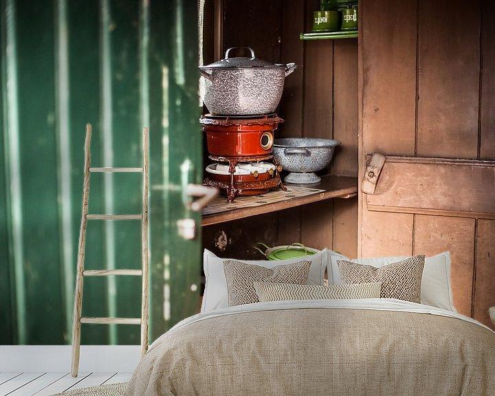 Sfeerimpressie behang: Authentieke  petroleum kookpotten in een ouderwetse Hollandse keuken kast van Fotografiecor .nl