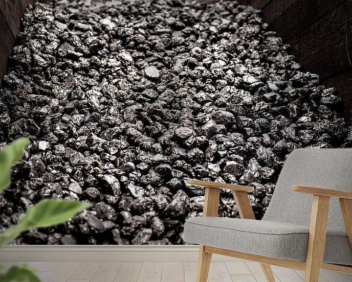 Sfeerimpressie behang: Opgestapelde zwart glimmende kolen in een houten box voor oude industrie van Fotografiecor .nl