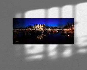 Grachten van Amsterdam in panorama in de nacht