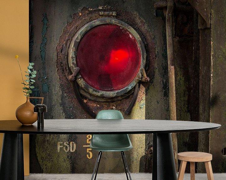 Sfeerimpressie behang: Details van een rode lamp van een  oude verlaten trein op een doodlopend spoor. van Paul Wendels