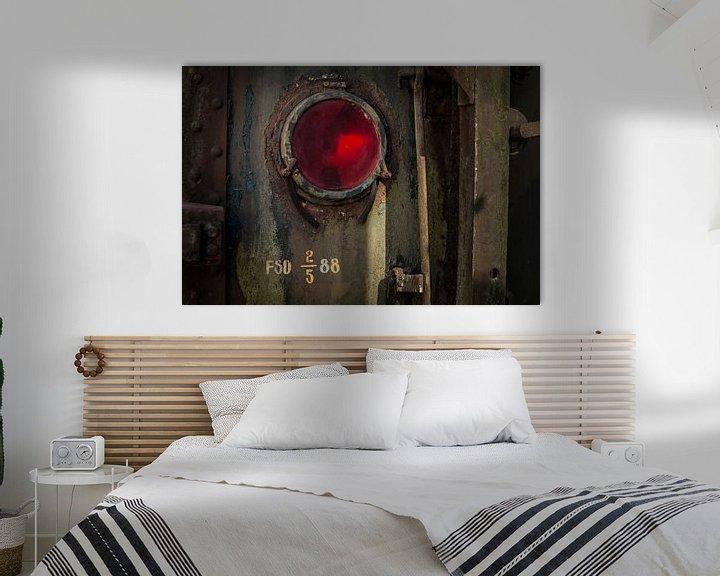 Sfeerimpressie: Details van een rode lamp van een  oude verlaten trein op een doodlopend spoor. van Paul Wendels