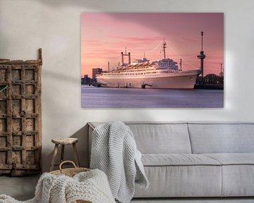 SS Rotterdam bij zonsondergang van Ilya Korzelius