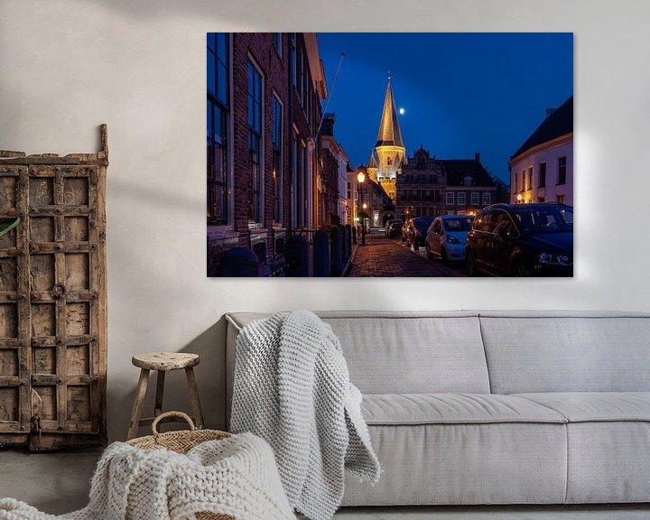 Sfeerimpressie: Middeleeuwse toren en stadspoort in stadscentrum van Zutphen  met blauwe lucht en maan van Fotografiecor .nl