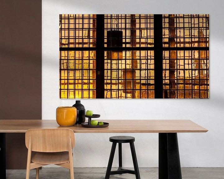 Sfeerimpressie: Laatste zonlicht van de dag schijnt door middeleeuwse glas in lood ramen van Fotografiecor .nl