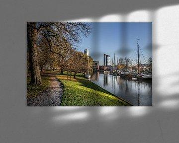 Zicht op de stadsgracht van Leeuwarden vanaf de Westerplantage von Harrie Muis