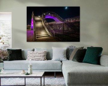 Paars gekleurde design trap met brug overgang in de nacht van Fotografiecor .nl