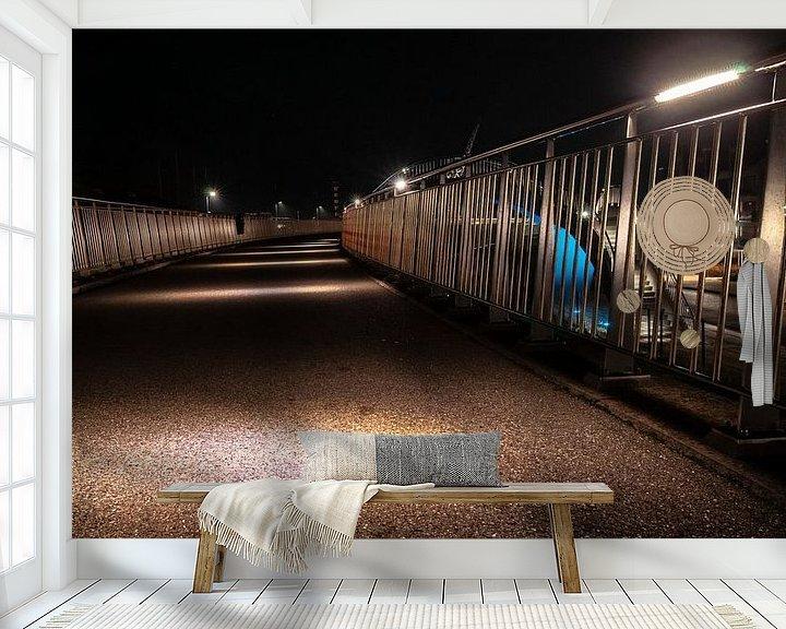 Sfeerimpressie behang: Betonnen wandelpad met led verlichte sfeerlampen en aluminum hekwerk van Fotografiecor .nl