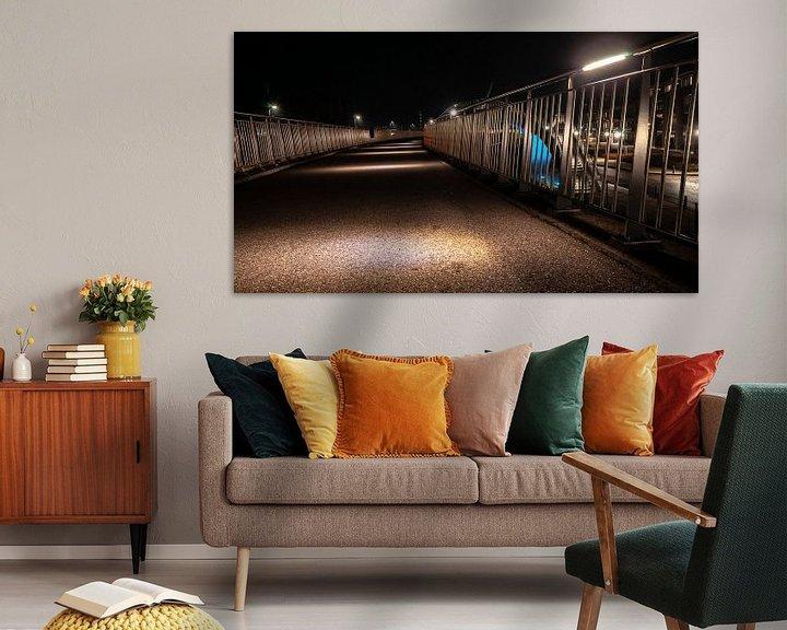 Sfeerimpressie: Betonnen wandelpad met led verlichte sfeerlampen en aluminum hekwerk van Fotografiecor .nl