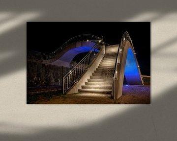Beleuchtete Brücke über Gleise für Fußgänger von Fotografiecor .nl