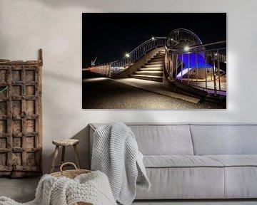 Futuristisch beleuchtete öffentliche Arbeiten mit Treppen, Fußweg und Zugviadukt von Fotografiecor .nl