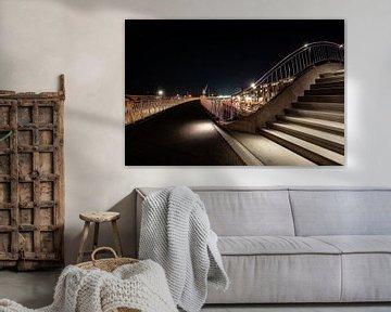 Beleuchteter Fußweg mit Treppen und Geländern und Blick über den Harlinger Hafen von Fotografiecor .nl