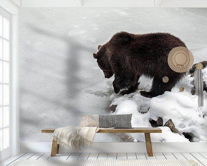 Sfeerimpressie behang: Bruine beer bij bevroren meer van Monique Pouwels
