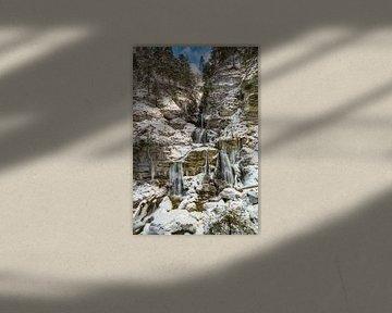 Kuhflucht waterval in de winter van Michael Valjak