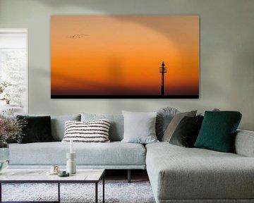 Minimalistisch beeld van lichtbaken op strekdam tijdens zonsondergang van Fotografiecor .nl