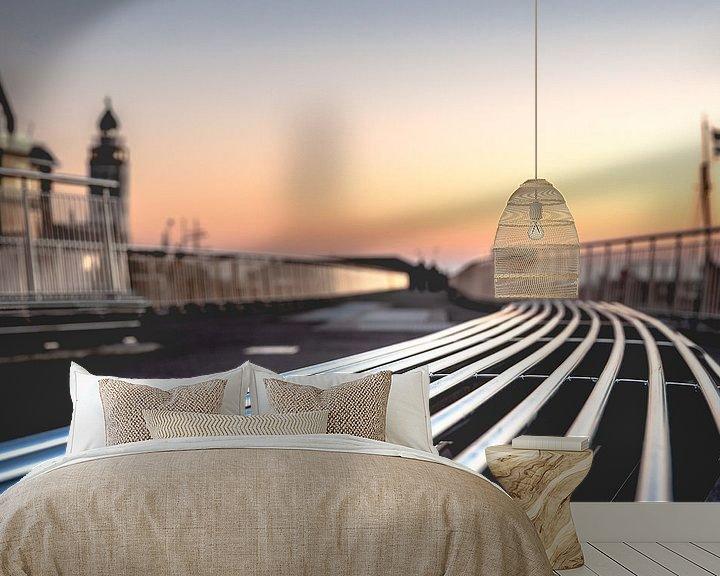 Sfeerimpressie behang: Moderne metalen design bank langs boulevard tijdens zonsondergang van Fotografiecor .nl