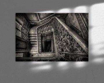 Trappenhuis in verlaten kasteel von Roel Boom