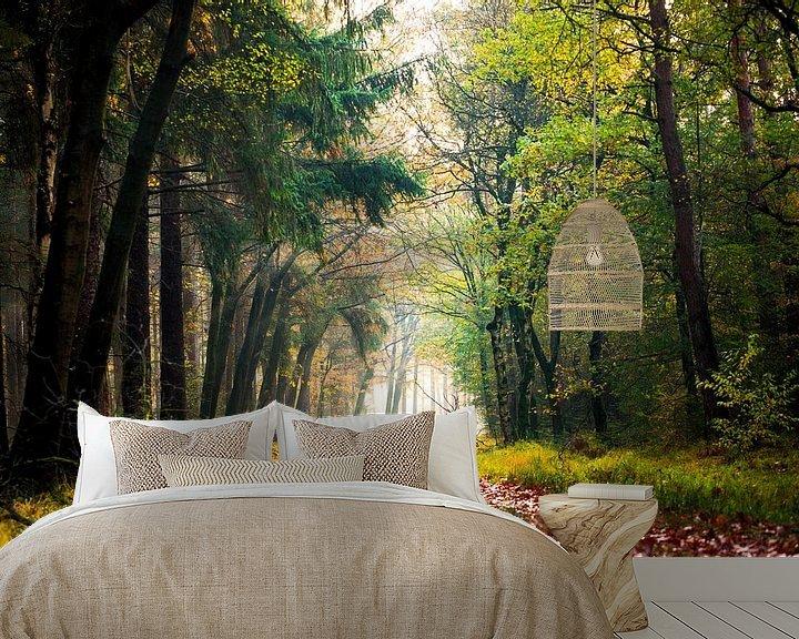 Sfeerimpressie behang: Herfstkleuren in het bos. van Karel Pops