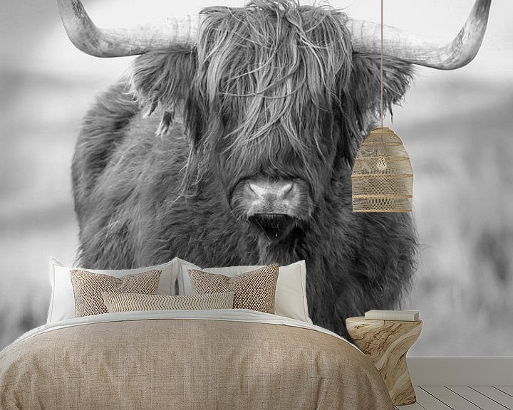 Sfeerimpressie behang: Schotse Hooglander in Zwartwit van Menno Schaefer