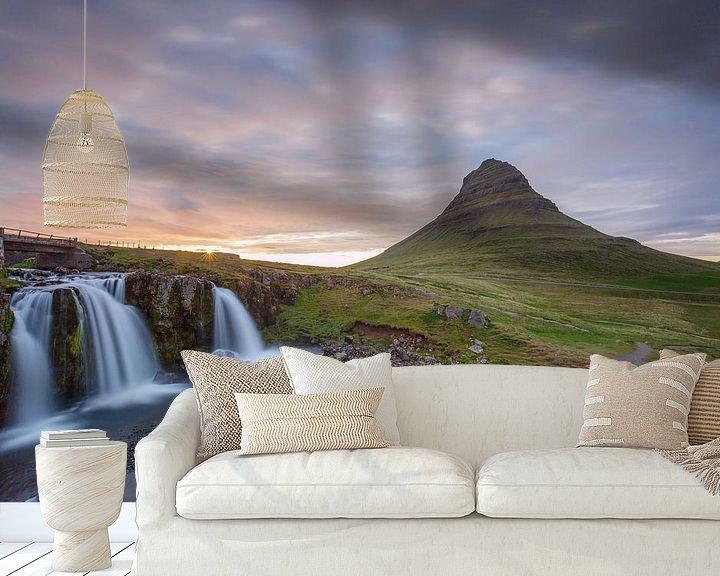 Sfeerimpressie behang: Kirkjufellsfoss van Menno Schaefer