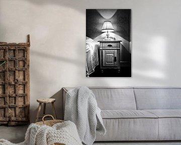 Alte Lampe auf dem Nachttisch von Esther Hereijgers