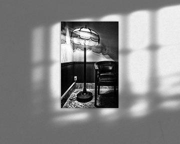 Oude lamp en stoel van Esther Hereijgers