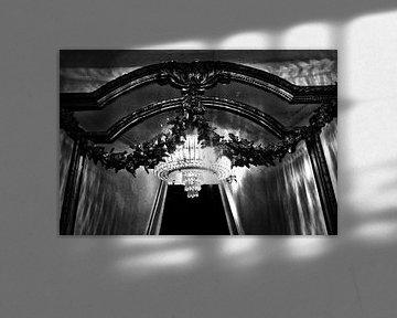 Alte Lampe, reflektiert im Spiegel von Esther Hereijgers