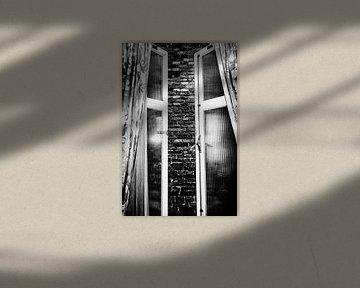 Raum ohne Aussicht (Hochformat) von Esther Hereijgers