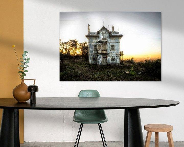 Beispiel: Verlassener hellblauer Sonnenuntergang des Hauses von Kelly van den Brande