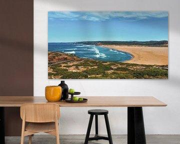 De golven spoelen aan op dit grote strand in Portugal sur Nynke Nicolai