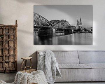 Kölner Dom und  Hohenzollernbrücke in schwarz-weiß von Michael Valjak