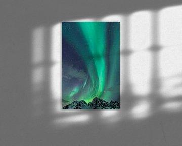 Aurores boréales s'élevant des sommets enneigés des Lofoten au nord de la Norvège sur Sjoerd van der Wal