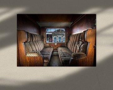 Antieke trein interieur van Inge van den Brande
