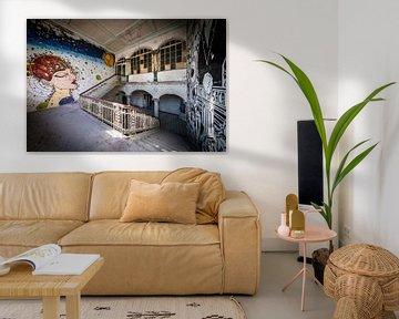Treppenhaus mit Kunst an Wänden von Inge van den Brande