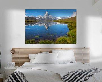 Reflectie van de Matterhorn in bergmeer Stellisee van Menno Boermans