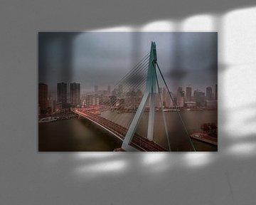 Die Erasmusbrücke in Rotterdam während des Nebels. von Arisca van 't Hof