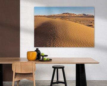 Sahara-Wüstengarten. Hintergrund vor blauem Himmel. Berge und Hügel aus farbigem Sand von Tjeerd Kruse