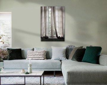 Subtiel licht door oud raam. von Anne Sypré