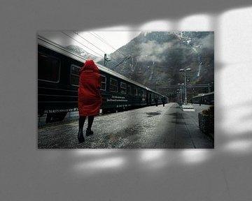 Vrouw in rode jas op Flam station, Noorwegen van Arno Maetens