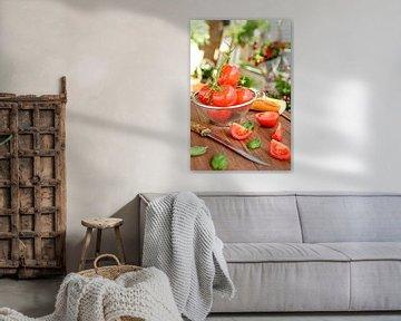 Verse tomaten liggen in een vergiet op een houten dienblad van Edith Albuschat