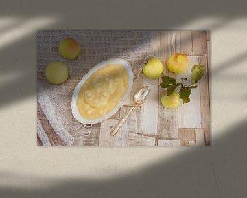 Zelfs gekookte appelmoes ligt in een porseleinen kom op een tafel van Edith Albuschat