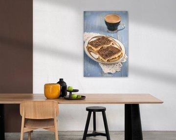 Huisgemaakte chocoladekaramel fracties liggen in een metalen kom op een blauwe houten tafel van Edith Albuschat