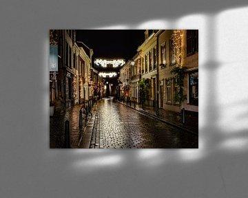 Eine gemütliche Straße in Breda nach einem Regenschauer, die die Lichter schön auf die Straße reflek von Henk Van Nunen Fotografie
