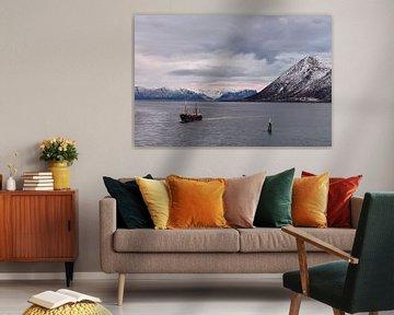 Vissersboot in Risøyrenna, Noorwegen van Gerda Beekers