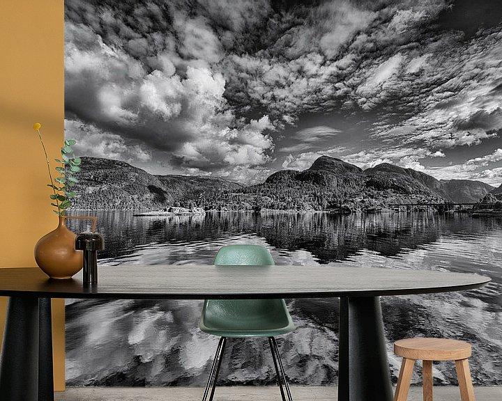 Sfeerimpressie behang: Wolkenlucht boven Noorse fjord van Wim Scholte