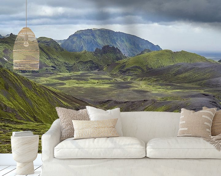 Sfeerimpressie behang: Wandelaar in groen berglandschap IJsland van Jeroen Kleiberg