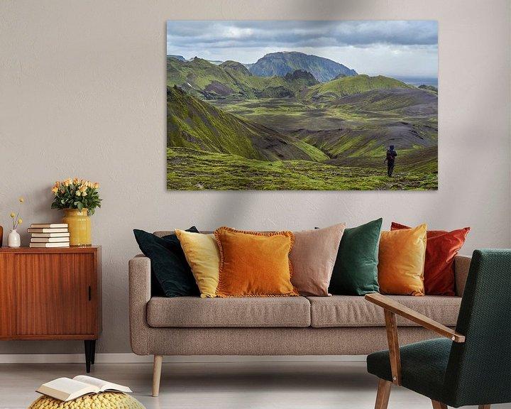 Sfeerimpressie: Wandelaar in groen berglandschap IJsland van Jeroen Kleiberg