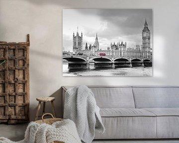 Schwarz-weiß Aufnahme der Westminster Bridge mit Big Ben und House of Parliament in London, Großbrit von Edith Albuschat